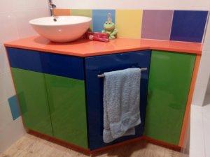 Mueble de baño en formica de colores y encimera Compac