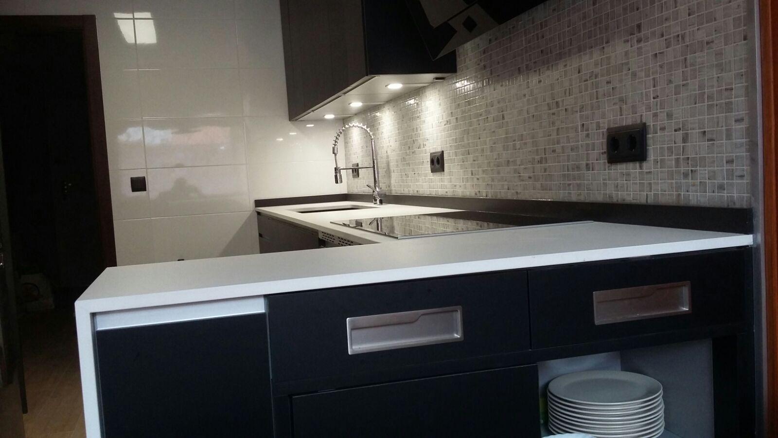 Cocina en negro touch con encimera en porcelánico.