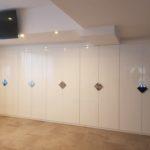 Frente de armario con puertas abatibles lacadas en alto brillo